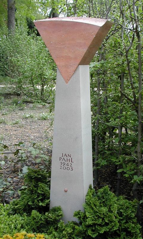 Stele mit Dreieck