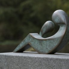 Die Figuren wurden im Bronzeguß erstellt und mit einer grünlichen Patina versehen. Diese steht im reizvollen Kontrast zur Steinoberfläche.