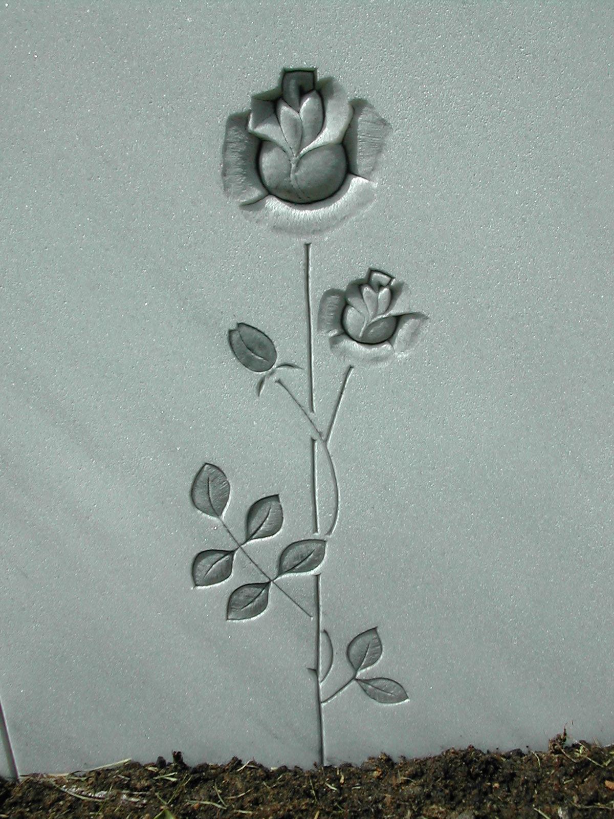 Rose plastisch in der Fläche gearbeitet und anthrazit getönt.