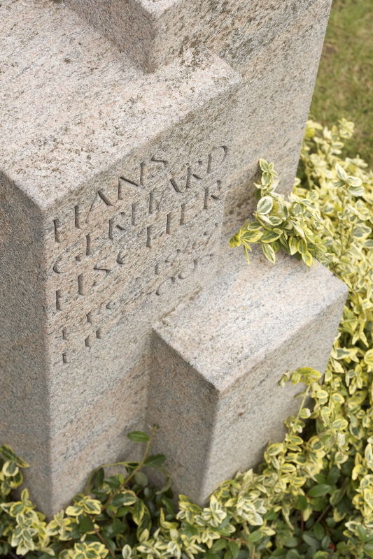 Das Grabmal wurde aus schwedischen Halmstad-Granit gefertigt. Die Oberflächen wurden gestockt, die Schrift keilvertieft gehauen und anthrazit getönt.