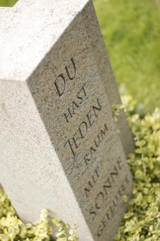 """Auf einem der Körper wurde eine Zeile aus dem Lied """"Der Weg"""" von Herbert Grönemeyer eingearbeitet."""