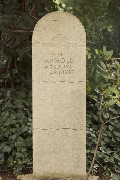 Grabmal aus Thüster Kalkstein (Niedersachsen). Erinnerungen an gemeinsame Urlaube am Meer wurden in Form eines Sonnenuntergangs umgesetzt.