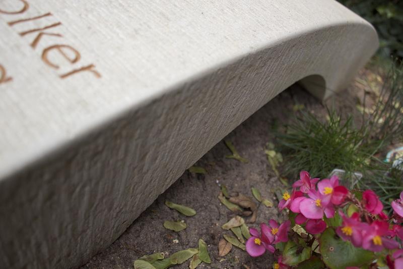 Durch das Beilen der Oberflächen erhält der Obernkirchener Sandstein eine lebhafte Struktur.