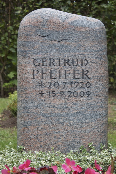 Grabmal aus schwedischen Halmstad-Granit. Die Oberfläche ist rustikal geflammt und die Kanten wurden stark gerundet um dem Stein eine natürliche Form zu geben.