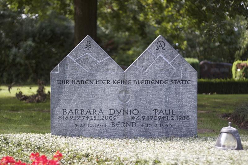 Grabmal für einen Maurermeister und seine Frau. Blaufalter-Marmor (Serbien), Bearbeitung geschlägelt.