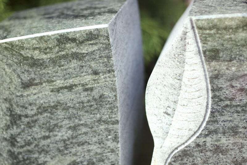 Im oberen Bereich des Grabmals wurde das Blatt als Positivform in den Stein eingearbeitet.