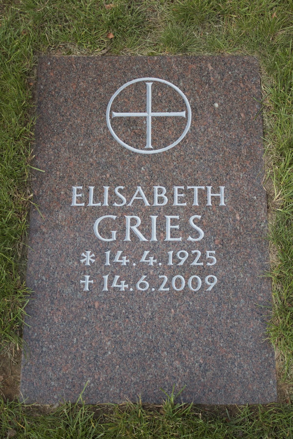 Grabplatte für ein Rasengrab. Schwedischer Bohus-Granit, Oberfläche poliert. Ornament und Schrift sind keilvertieft gearbeitet und hellgrau ausgemalt.