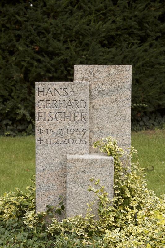 Bei diesem Grabmal wurde die Form eines Kubus aufgelöst und in einen Formendreiklang umgewandelt. So wurden die Form- und Maßvorgaben der Friedhofsverwaltung kreativ interpretiert.
