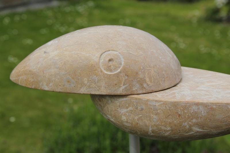Dieser Tukan zieht seine Kreise über Ihrem Garten. Durch die flexible Metallstange schwingt er hin und her und verbreitet so lebendige Athmosphäre.