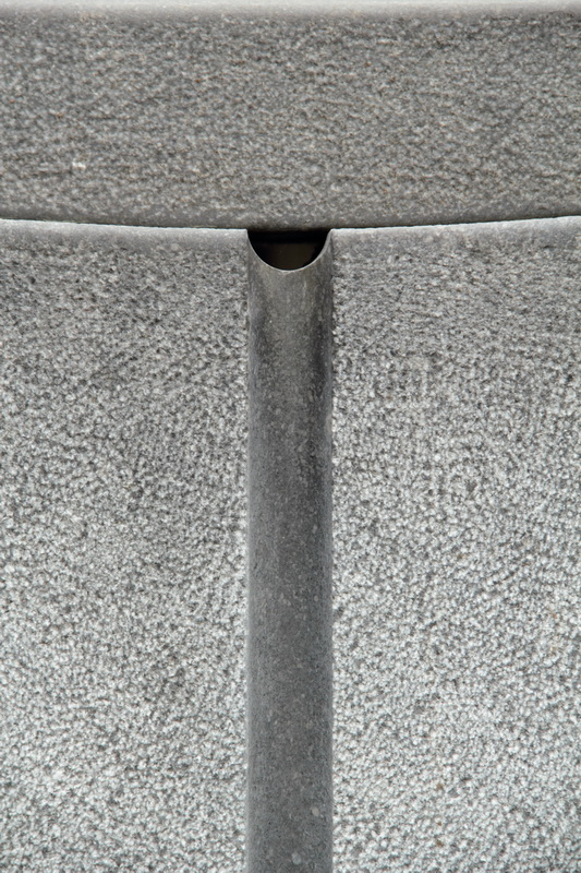 Die geschliffenen Hohlkehlen an den Auflagersteinen bilden optische Akzente zu den gestockten Oberflächen.