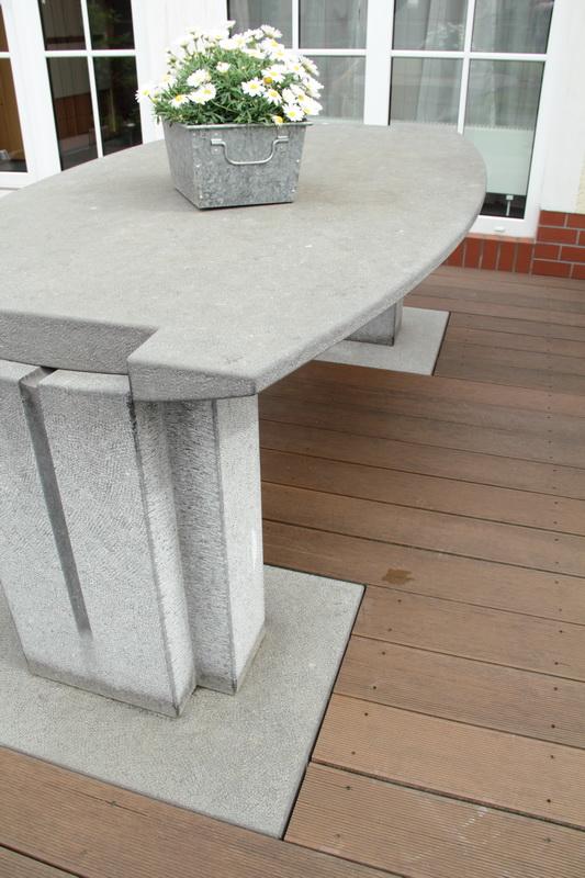Genießen Sie Ihren nächsten Grillabend mit Familie und Freunden an diesem ästhetischen Gartentisch! Entdecken Sie dabei die formschön gestalteten Details dieses Steinobjekts. Irischer Limestone (Kalkstein).