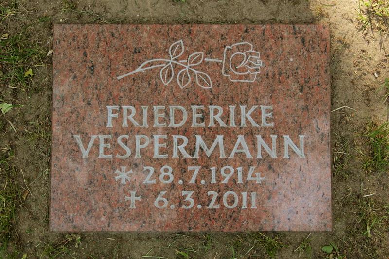Grabplatte für ein Rasengrab. Vanga-Granit, Oberfläche poliert. Motiv und Schrift sind keilvertieft eingearbeitet und hellgrau ausgemalt.