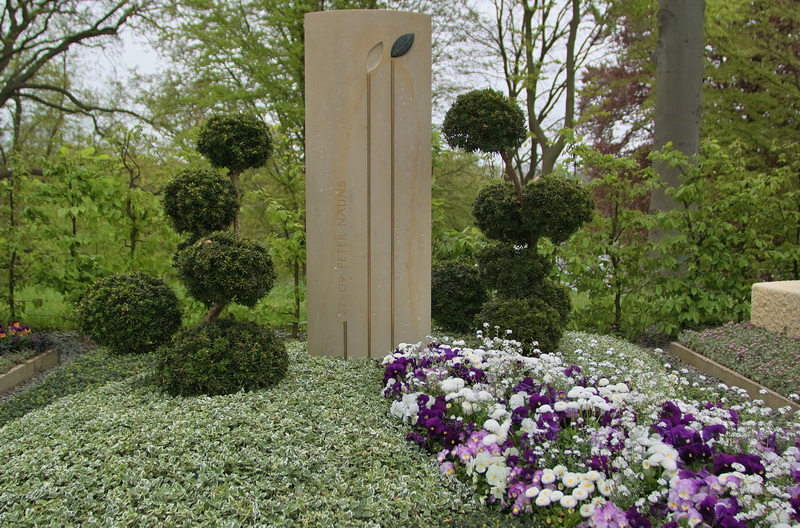 Grabmal mit einem Ritualstein für das Gedenken zu Hause – eine wohltuende Verbundenheit mit dem Grab, auch wenn der Friedhofsbesuch einmal nicht möglich ist. Auszeichnung mit einer Bronzemedaille auf der BUGA 2009 in Schwerin.