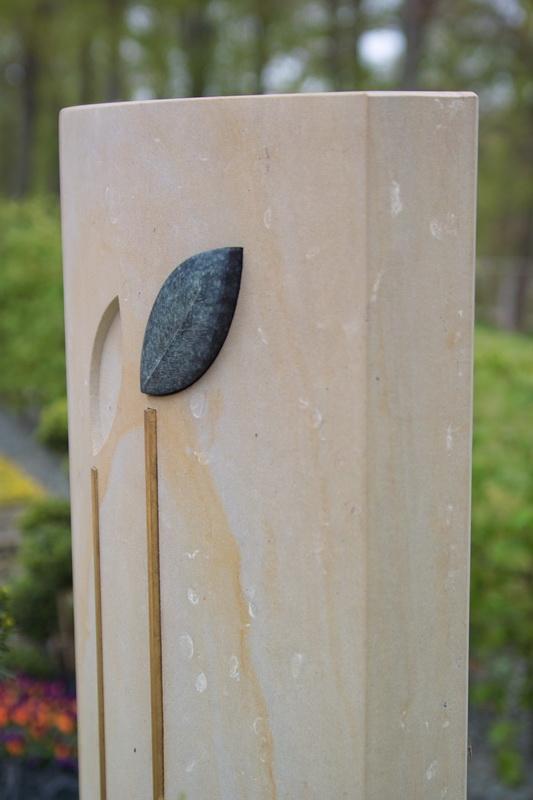 Das Grabmal wurde aus Obernkirchener Sandstein, der in der Nähe von Hannover gebrochen wird, gefertigt. Die stilisierten Blätter sind aus hessischen Diabas und Messing gearbeitet.
