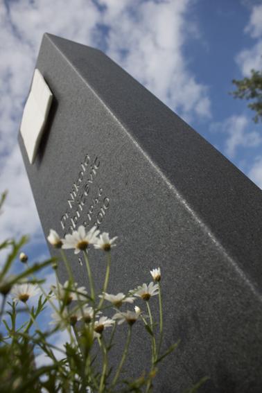 Grabmal aus schwarzen Granit und Sivec-Marmor
