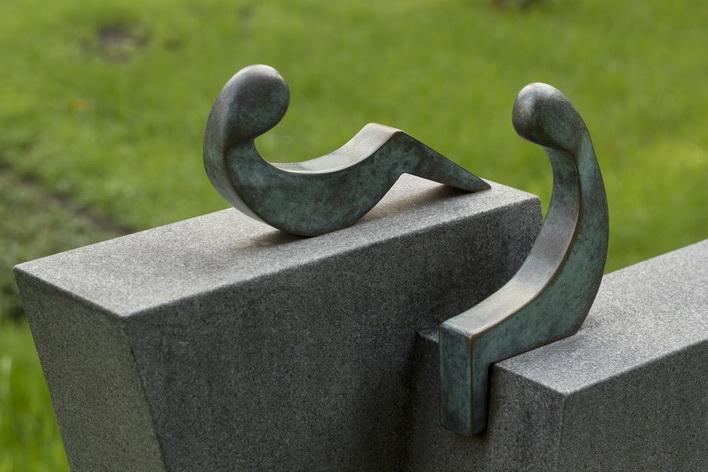 """Bronzeobjekt """"Trost / Abschied"""". Grabmal aus schwarzen schwedischen Granit."""