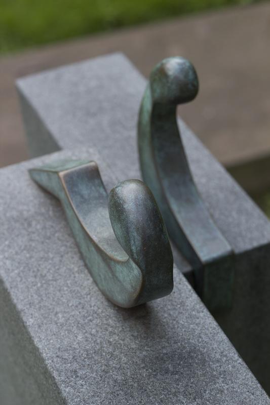 Durch die Form des Steins entsteht eine Begegnunsituation, in der die Figuren sich zugewandt sitzen.