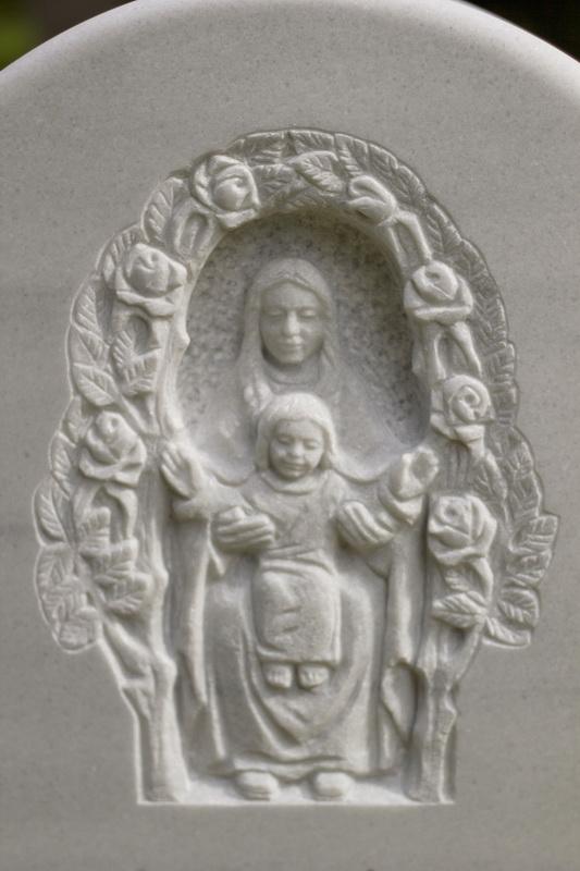 Darstellung der Mutter Gottes und dem Jesuskind mit umlaufender Rosenranke.
