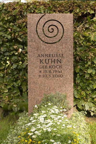 Grabmal mit ausgesägter Spirale. Vanga-Granit (Schweden), Bearbeitung geflammt.