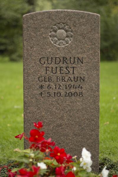 Grabmal mit Fantasieblume. Bohus-Granit (Schweden), Bearbeitung geflammt, Schrift keilvertieft und anthrazit getönt.
