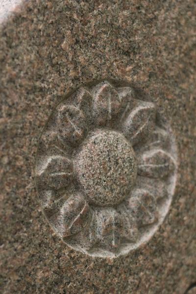 Detail der Blume, die plastisch in die Fläche eingearbeitet.