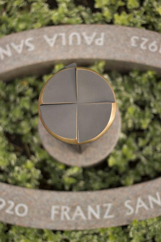 Die Laterne steht im Zentrum des Objekts. Ihre Deckfläche ist reliefarrtig als Kreuz geformt.