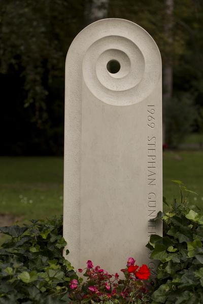 Grabmal aus Kalkstein Ocean Beige (Iran). Die Spirale ist konkav ausgearbeitet und mündet in einem Durchbruch, in dem kleine Gegenstände abgelegt werden können. Die Oberflächen des Grabzeichen sind fein geschliffen.