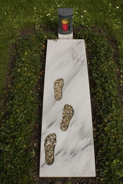 Grabmal aus griechischen Marmor. Das Oberlager ist gewölbt und die Oberflächen sind gesandelt.