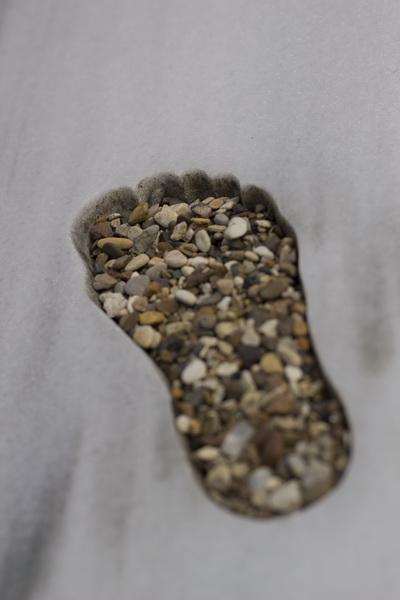 Die Fußspuren sind mit Kies aus hannoverschen Seen befüllt.