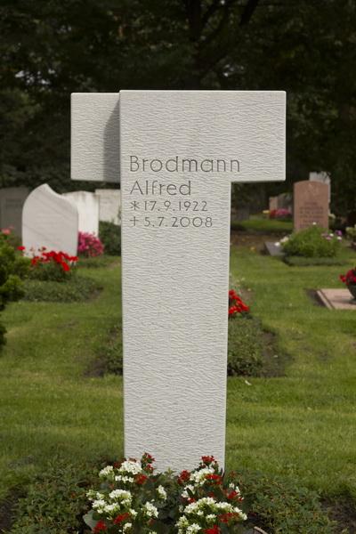 Grabmal in Form eines Tau-Kreuzes. Die Form wird auch Antoniuskreuz genannt und ist ein altes Schutz- und Heilszeichen der Antike.