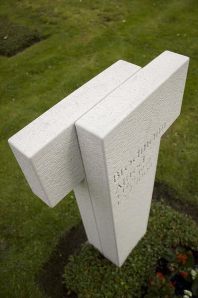 Durch die Gliederung  in zwei Hälften erhält die massive Steinform eine gewisse Leichtigkeit.