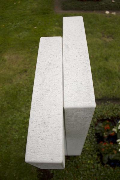 Die Form des Tau-Kreuzes ist in eine vordere und hintere Hälfte gegliedert, deren Kreuzschenkel nach links und nach rechts ausgeprägt sind.