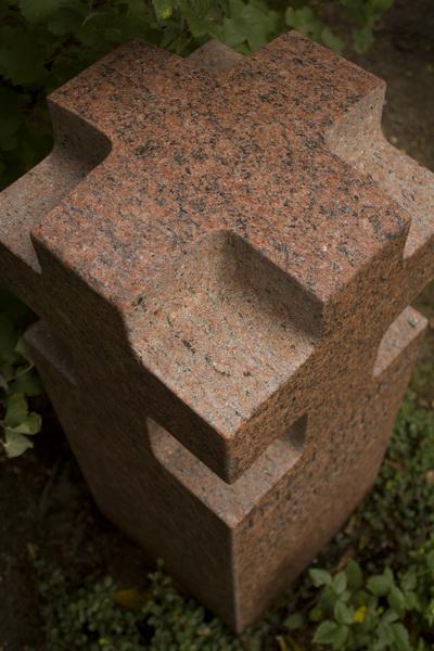 Die Form des Kreuzes findet sich auf der Kopffläche und an allen vier Ansichten wieder.