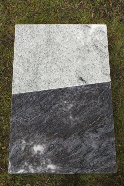 Grabplatte für ein Rasengrab. Die zwei Elemente aus Viscont White und Orion Granit wurden mit Epoxidharzbkleber frostsicher verbunden.